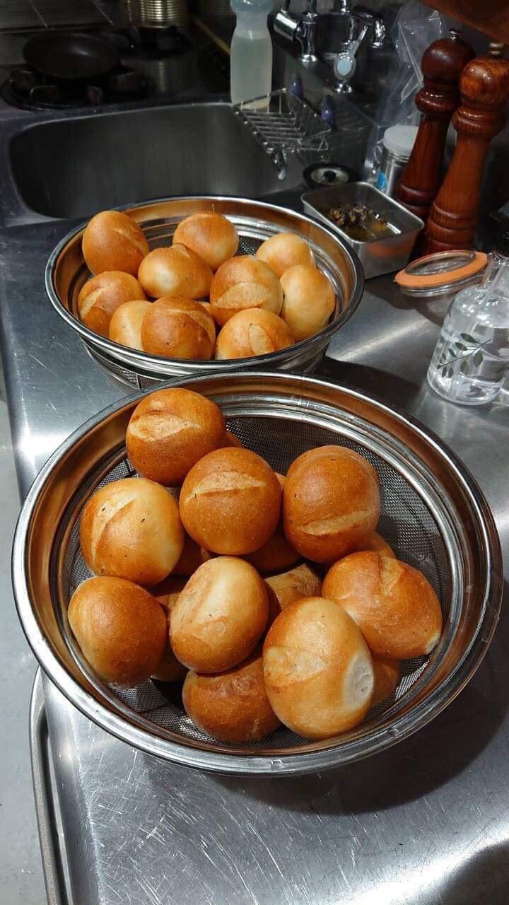 お店で育てているローズマリーを使って、パンを試作中です!